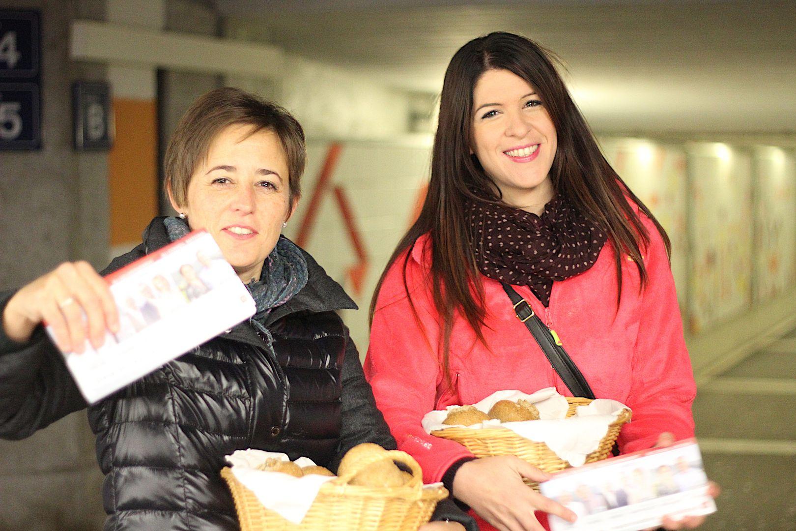 2 octobre 2015: tôt le matin, distribution de petits pains à la gare de Delémont